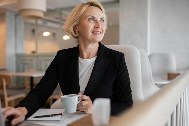 Блондинка бизнес женщина работает