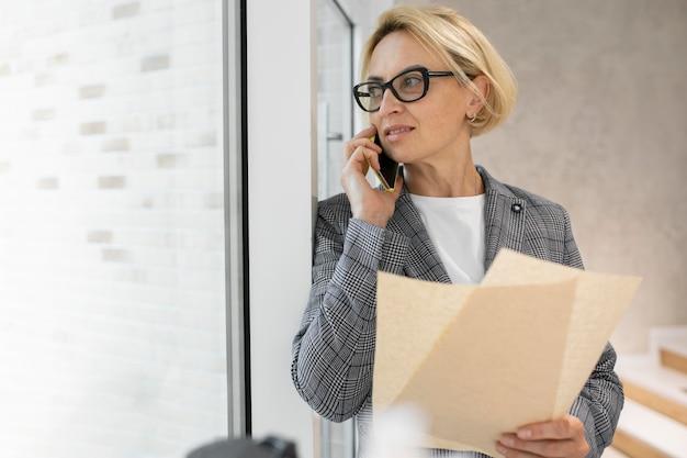 働く金髪のビジネス女性