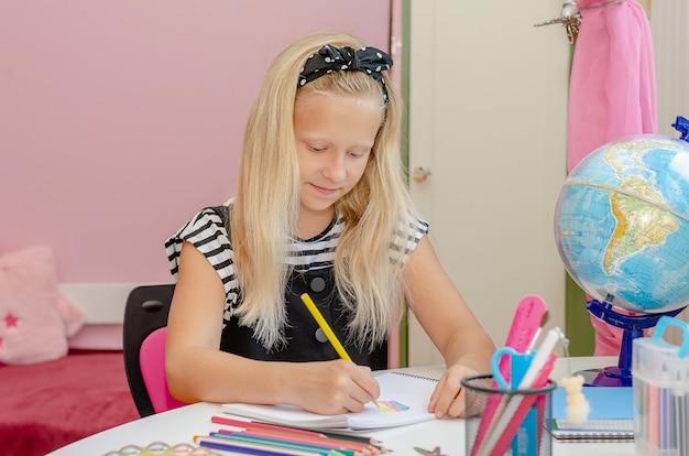 Белокурая кавказская девушка учится дома. концепция образования и обучения