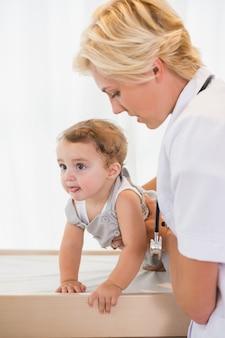 Блондинка с ребенком и стетоскоп