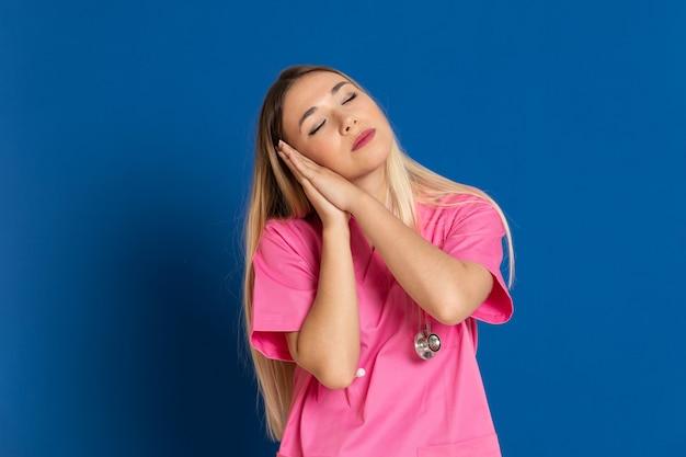 ピンクの制服を着た金髪の医者