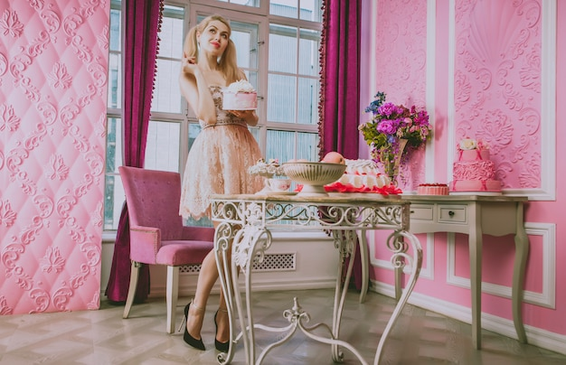 장난감 집에서 금발 인형 소녀