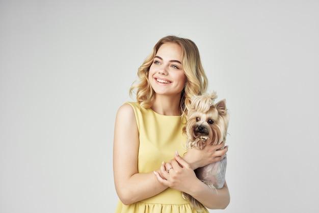 金髪のファッショナブルな純血種の犬のクロップドビューファッション