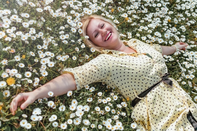Блондинка любит лежать на лугу, полном цветов