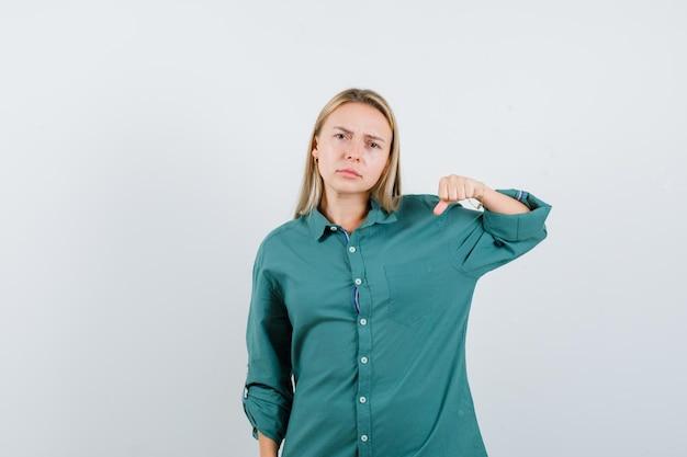 녹색 블라우스에 금발 소녀 주먹 떨림과 화가 찾고