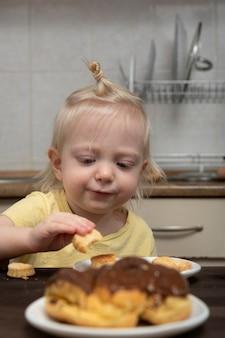 금발 소녀는 부엌에서 쿠키를 복용