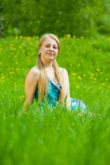 잔디에서 편안한 금발 소녀