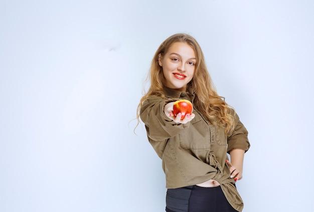 Блондинка делясь своим красным персиком с партнером.