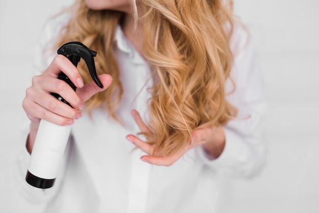 Блондинка заботится о своих волосах