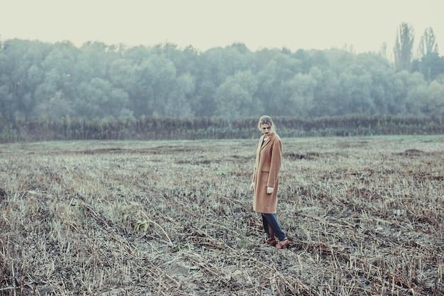금발 소녀는 황무지에서 외롭게 걷는다. 우울증의 개념