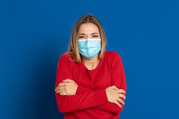 フェイスマスクを着ているブロンドの女の子