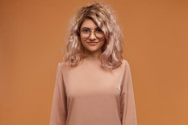 眼鏡をかけているブロンドの女の子