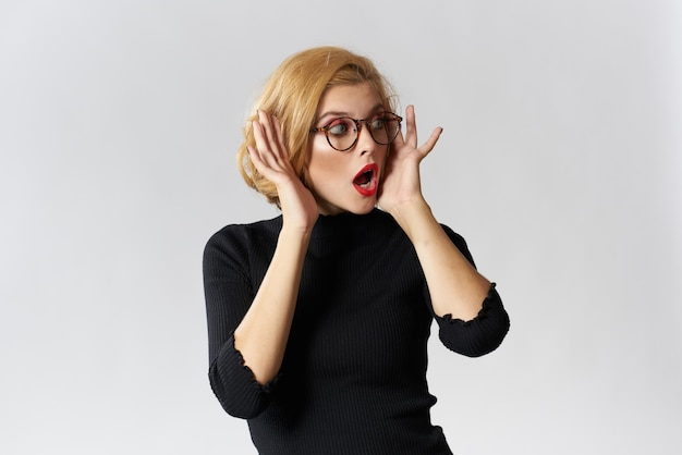 Блондинка в очках и красных губах