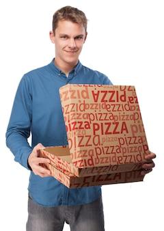 ピザボックスでブロンドの男