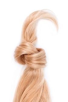 매듭으로 묶인 금발 머리 자물쇠. 흰색 배경, 평면도에 고립 된 꿀 금발 머리의 가닥. 미용사 서비스, 모발 강도, 이발, 죽어가는 또는 착색, 머리 확장, 치료 개념.
