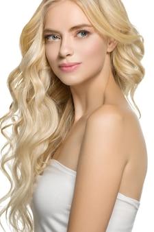 Светлые волосы женщина красивая вьющаяся прическа волнистые длинные волосы. изолированные на белом. студийный снимок.