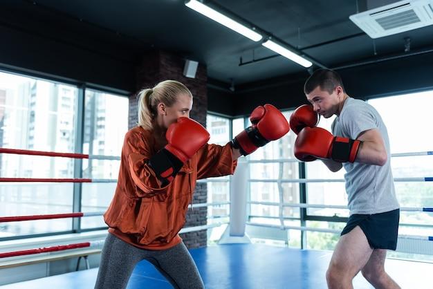 ブロンドの髪のボクサー。競技前のスポーツトレーニングが好きな女性のブロンドの髪のボクサー