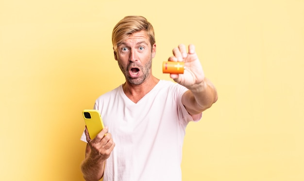 Блондинка красивый взрослый мужчина держит батарею