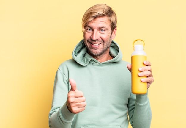 Блондинка красивый взрослый мужчина держит термос с кофе