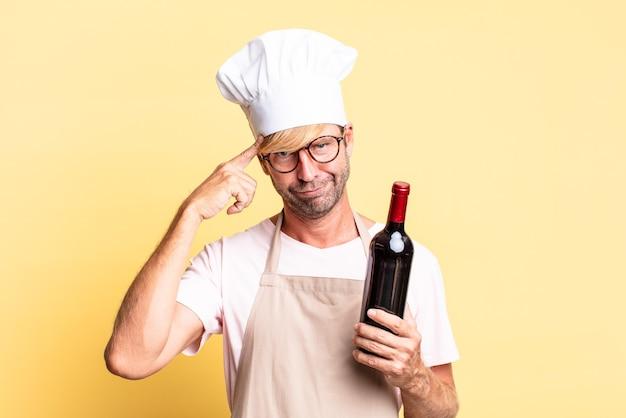 Блондинка красивый шеф-повар взрослый мужчина держит бутылку вина