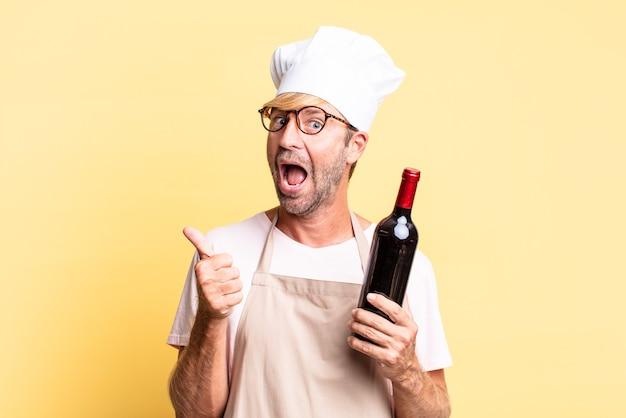 와인 한 병을 들고 금발 잘 생긴 요리사 성인 남자