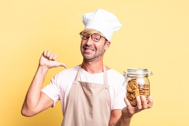 Блондинка красивый шеф-повар взрослый мужчина держит бутылку домашнего печенья