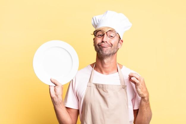 Блондинка красивый шеф-повар взрослый мужчина с пустым блюдом