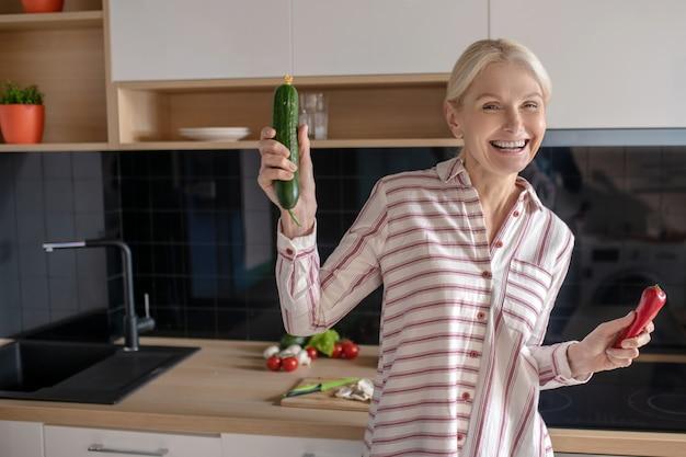 野菜を持って元気そうな金髪主婦