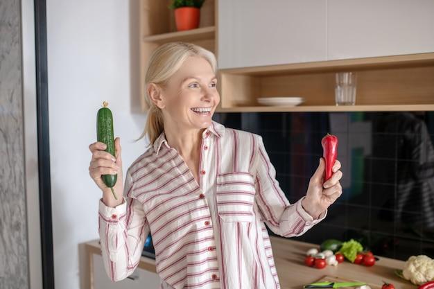 野菜を持って笑顔の金髪主婦