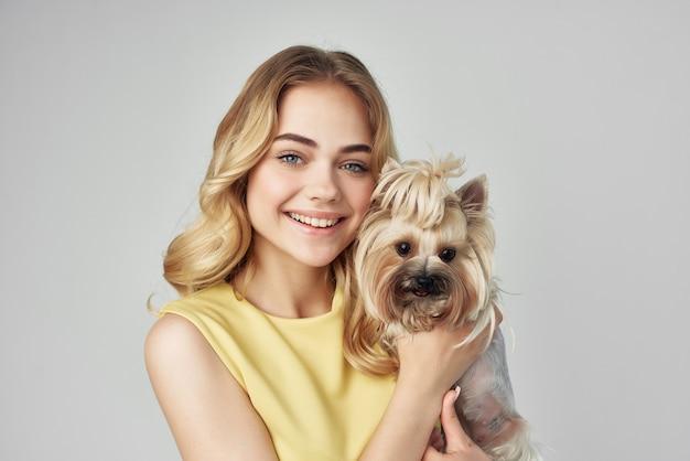 黄色いドレスを着た金髪の小さな犬のクロップドビューファッション