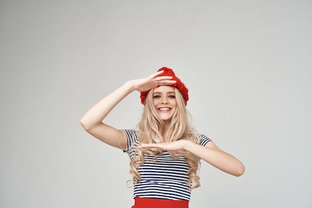 Блондинка в модной одежде красной шляпе обрезанный вид гламур