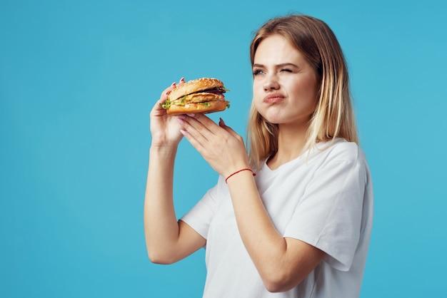 흰색 tshirt 햄버거 패스트 푸드 스낵 기쁨에 금발