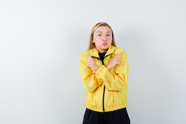 운동복을 가리키는 금발 아가씨, 입술을 삐죽 삐죽 삐죽, 정면보기.