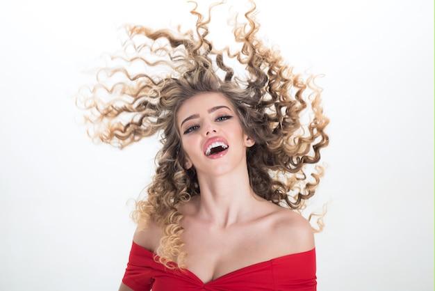 Девушка блондинка длинные волосы женщина с вьющимися волосами. портрет позитивной девушки с вьющимися волосами, изолированные на белом фоне. макияж и косметика для ухода за кожей. красота и стиль. профессиональный уход за волосами.