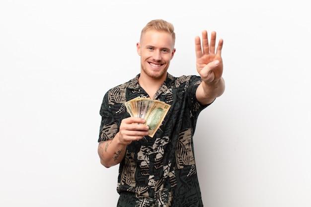 Блондинка держит деньги, показывая номер четыре или четвертый с рукой вперед