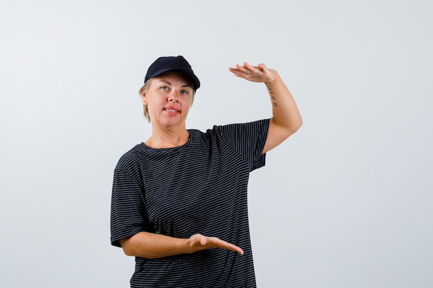 검은 티셔츠와 검은 모자를 쓴 금발의 성숙한 여인