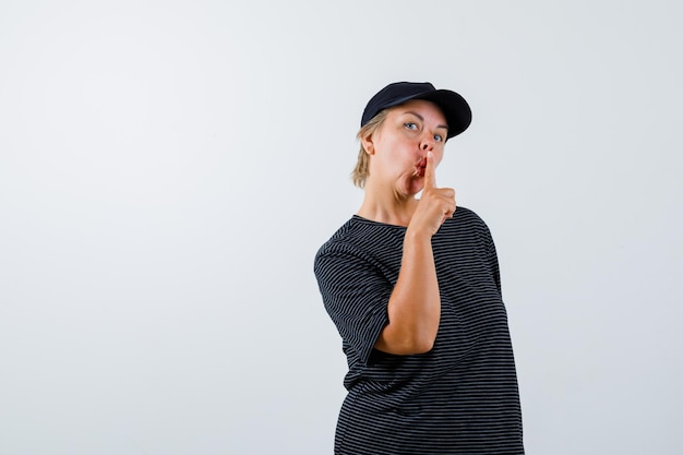 黒のtシャツと黒のキャップで金髪の成熟した女性