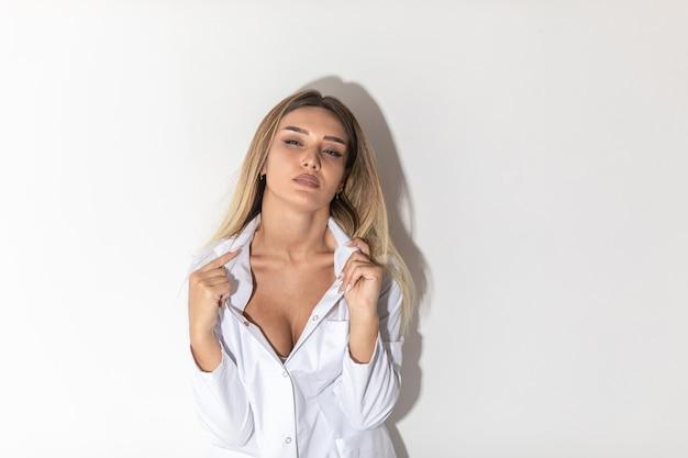 Блондинка в белой рубашке выглядит соблазнительно и страстно