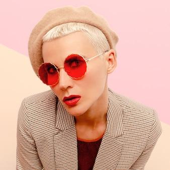 ファッションメガネとベレー帽の短い髪の金髪モデル。ビンテージ・スタイル