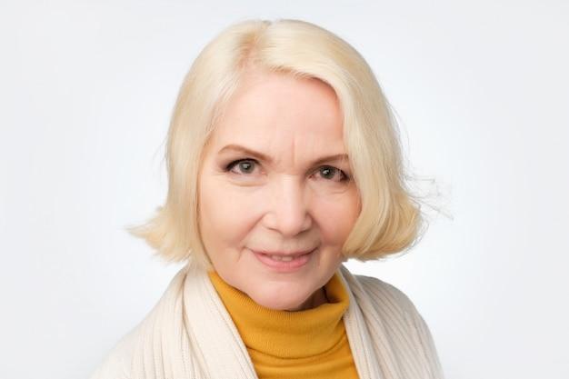 金髪の年上の女性の笑顔とカメラ目線