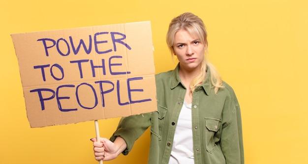 금발의 예쁜 운동가 여자. 사람들 개념에 힘