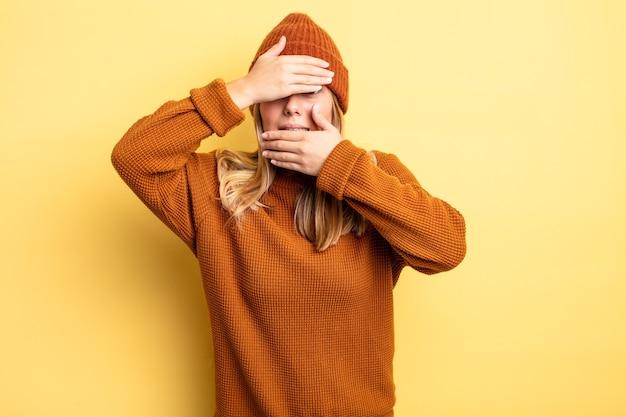 두 손으로 얼굴을 가리고 카메라를 거부하는 금발의 미녀! 사진을 거부하거나 사진을 금지