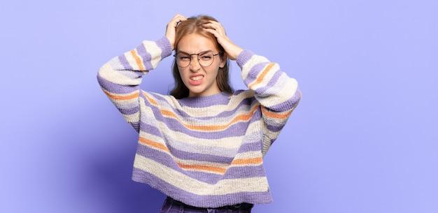금발의 예쁜 여자는 좌절하고 짜증나고, 아프고, 실패에 지쳤고, 지루하고 지루한 일에 지쳤습니다.