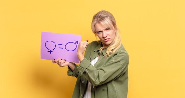 金髪のきれいな女性の男女平等の概念