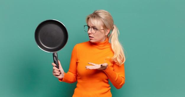 냄비 요리를 배우는 금발 예쁜 여자