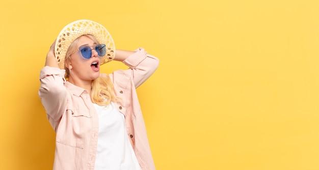 コピースペースを持つ休日の金髪のきれいな女性