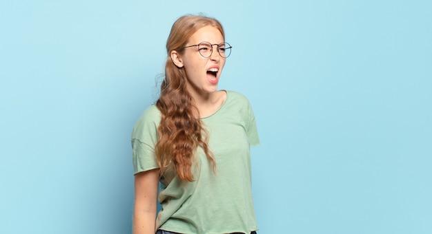 猛烈に叫び、積極的に叫び、ストレスと怒りを見て金髪のきれいな女性