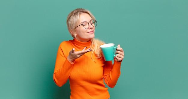Блондинка красивая женщина с чашкой кофе или чая