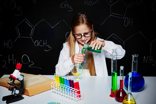 金髪の科学者が実験を行う