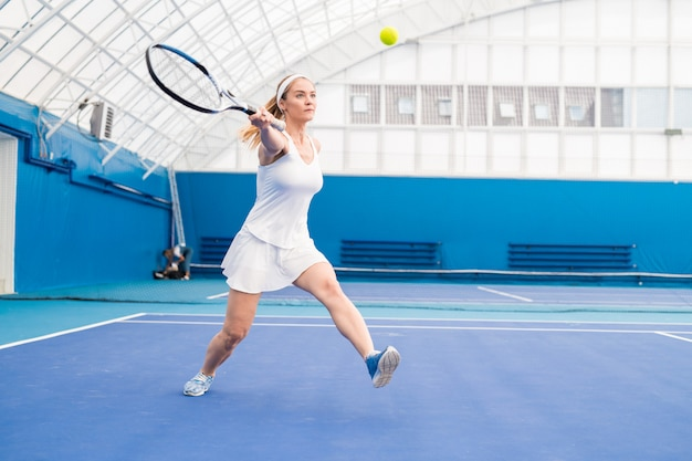 テニスをしている金髪のスポーツウーマン
